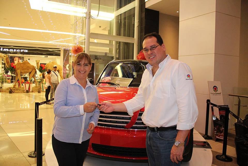 Carmen Cecilia Sinijada, (ganadora) y José de Castro, Gerente Parque Caracolí