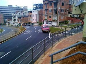Además de estar estacionado en plena vía está en sentido contrario.  - Imagen suministrada/GENTE DE CAÑAVERAL