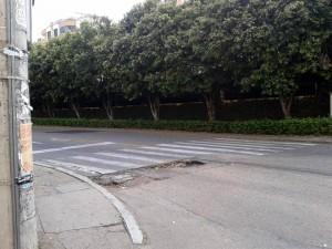 Este hueco está hace tres meses en la esquina frente al negocio de comidas Arepiz en Cañaveral. Lo peor del caso es que las autoridades no han actuado. - Imagen suministrada /GENTE DE CAÑAVERAL