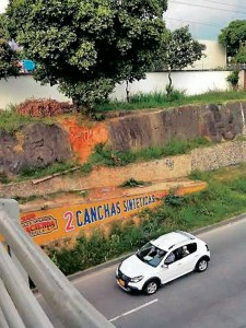 En la foto se ve el paso del carro que no tiene idea del riesgo que corre.  - Suministrada / GENTE DE CAÑAVERAL