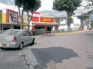 Para algunos conductores es más fácil ocupar el espacio del peatón.  - Imagen Suministrada/GENTE DE CAÑAVERAL