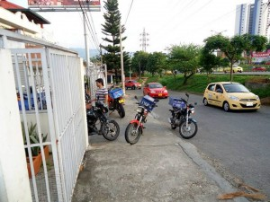 La comunidad pide control en el parqueo de estas motos que impiden el paso.  - Suministrada/GENTE DE CAÑAVERAL