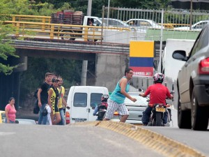 Los peatones no usan el túnel del centro comercial.  - J. G. /GENTE DE CAÑAVERAL