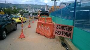 Según nuestro reportero del barrio, los peatones se vieron en la necesidad de pasar a la autopista.  - Suministrada/GENTE DE CAÑAVERAL