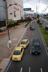 Así luce casi todos los días la vía de acceso a Parque Caracolí por el lado de la autopista. La idea es abrir la acera para crear una zona de taxis que esté bajo el control del complejo comercial y le brinde mayor comodidad al usuario. - Archivo / GENTE DE CAÑAVERAL