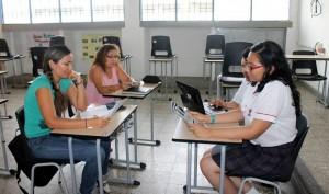 Los estudiantes enseñan inglés a los docentes de colegios públicos