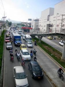 El tercer carril pemritirá utilizar una vía más en el costado oriental de la autopista, uniendo la paralela que baja del Panamericano y llega a Parque Caracolí. - Archivo / GENTE DE CAÑAVERAL