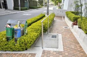 En los últimos días la administración del edificio instaló un pasamanos, para seguridad de los peatones.  - Laura Herrera/GENTE DE CAÑAVERAL