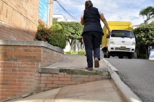 Esta familia cree que es necesario que los andenes estén adecuados para la gente.  - Laura Herrera /GENTE DE CAÑAVERAL