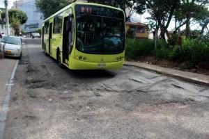 Huecos como estos registra la vía que de Lagos y Valencia terminan en la paralela oriental sobre Molinos. - Javier Gutiérrez / GENTE DE CAÑAVERAL