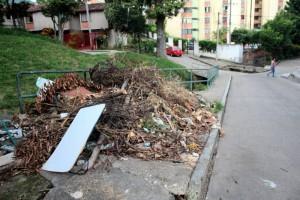 Los habitantes aseguran que había más escombros pero con la lluvia regresaron a la quebrada.  - Javier Gutiérrez/GENTE DE CAÑAVERAL