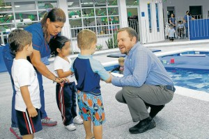 En estos momentos Telmo trabaja con todo su equipo y padres del familia en la apertura del nuevo colegio en Cabecera.  - César Flórez/GENTE DE CAÑAVERAL