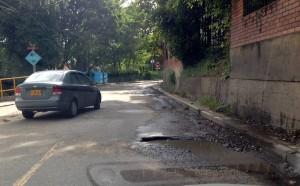 La vía de colinda con el conjunto residencial La Pera tiene este hueco desde hace mucho tiempo.  - Suministrada/GENTE DE CAÑAVERAL