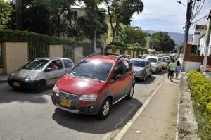 Con la congestión que se forma los residentes en la zona no pueden sacar sus carros. - Laura Herrera / GENTE DE CAÑAVERAL