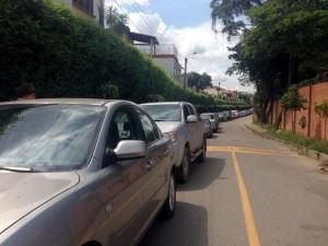 Esta habitante asegura que son más de 50 carros los que encuentra mal parqueados con frecuencia.  - Suministrada / GENTE DE CAÑAVERAL