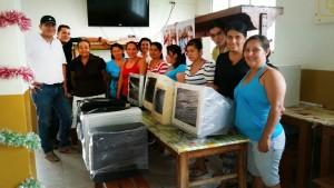 Las mujeres de la Asociación de Mujeres Artesanas de Bucaramanga Luz y Vida recibiendo los equipos donados por lectores de Gente. - / GENTE DE CAÑAVERAL
