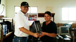 Carlos Hernández, de Systec Computadores entregando un equipo a la líder Yoleida Ramos. - / GENTE DE CAÑAVERAL