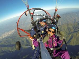 Fernando Gómez Flórez (atrás) y Carlos Cortés, fueorn los encargados de hacer este vuelo de a bordo de un trike que tiene motor y un parapente.  - Suministrada / GENTE DE CAÑAVERAL