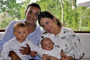 Felipe Ortiz Plata y Nicolás Ortiz Plata, junto a sus padres Manuel Andrés Ortiz y Adriana Plata Puyana.  - Laura Herrera/GENTE DE CAÑAVERAL