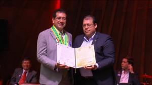El alcalde Carlos Roberto Ávila entregó el máximo reconocimiento a la Facultad de Arquitectura de la Usta. - Suministrada/GENTE DE CAÑAVERAL