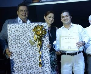 Fabio René Rincón fue premiado por ser el Mejor Cliente Fénix 2015 junto a Horacio Blanco y Adriana Serrano.  - Suministrada/GENTE DE CAÑAVERAL