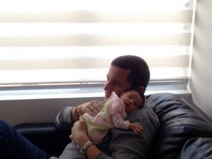 Pedro Osses es Ingeniero Industrial y padre de  Victoria, quien tiene mes y medio de nacida