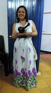 Suministrada/GENTE DE CAÑAVERAL Silvia Bautista recibiendo por parte de los organizadores su reconocimiento en el Festival Mono Núñez, en el coliseo Gerardo Arellano.