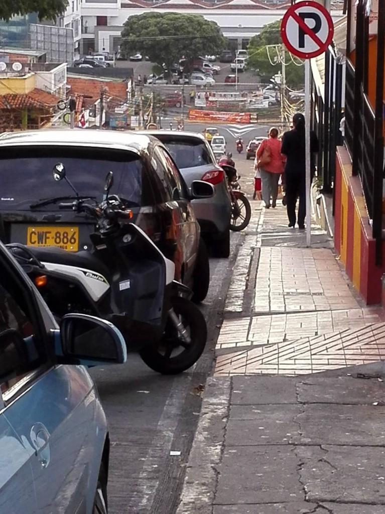 Las calles aledañas al centro comercial Cañaveral se congestionan por el parqueo indebido de carros.  - Suministrada/GENTE DE CAÑAVERAL