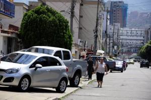 Los conductores estacionan sobre el andén de la calle 30 entre carreras 27 y 28 de Cañaveral.   - Didier Niño/GENTE DE CAÑAVERAL