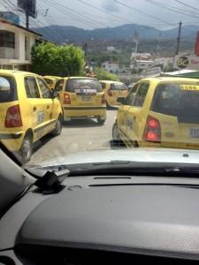 Los taxistas forman trancones constantemente en la calle 32 con carrera 26.  - Edwin  Bustamante, Periodista del Barrio /GENTE DE CAÑAVERAL