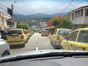 Según el afectado, los taxis parquean a lado y lado y obstruyen la movilidad.  - Edwin  Bustamante, Periodista del Barrio /GENTE DE CAÑAVERAL