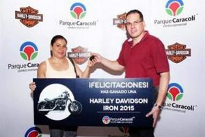 El Centro Comercial Caracolí sorteó una motocicleta en el show musical Tango al Parque.