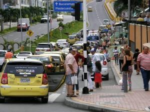 Los vendedores ambulantes se parquean por doquier y ocasionan desórdenes en las vías.  - Jaime del Río/GENTE DE CAÑAVERAL