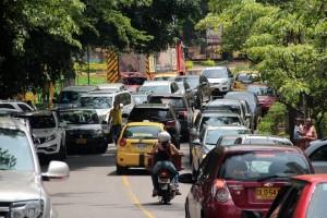 Los vehículos estacionan a lado y lado de la vía ocasionando congestión vehicular.  - Javier Gutiérrez/ GENTE DE CAÑAVERAL