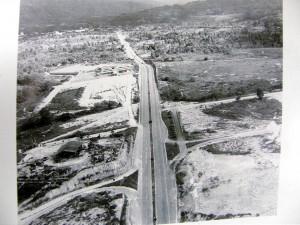 Esta fue una panorámica aérea de la Autopista Bucaramanga- Floridablanca en 1967.  A la derecha se observa el lote donde se construiría el Centro Comercial Cañaveral. A la izquierda solo se observa en la parte superior el colegio Panamericano.Hoy sorprende la cantidad de edificaciones, destacándose los centros comerciales Parque Caracolí, La Florida y el Centro Comercial Cañaveral. - Ayer: Carlos Eslava F.- Hoy: Javier Gutiérrez/ GENTE DE CAÑAVERAL