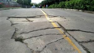 Debido al avanzado deterioro de la vía, los carros se ven obligados a hacer maniobras peligrosas para esquivar los baches.  - Archivo/GENTE DE CAÑAVERAL