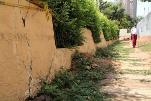 Para construir nuevamente el muro se necesita canalizar el  agua que pasa por debajo del terreno.  - Javiér Gutiérrez/ GENTE DE CAÑAVERAL