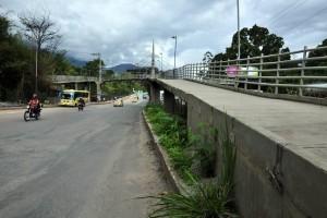 El puente peatonal que conduce a la Estación de Metrolínea conocida como Palmichal, resultó afectado en abril pasado y está literalmente 'abandonado a su suerte'.  - Archivo /GENTE DE CAÑAVERAL