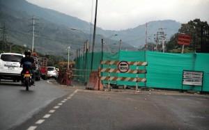 La lona verde, en inmediaciones del puente de 'Papi quiero Piña', se corre y le quita espacio al tránsito vehicular.  - Javier Gutiérrez/ GENTE DE CAÑAVERAL