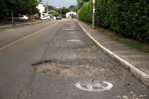 Los grandes baches obstruyen el paso de los vehículos por la calle 31.  - Javier Gutiérrez /GENTE DE CAÑAVERAL