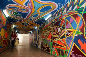 Los llamativos colores de la obra de arte hacen más ameno el paso de los peatones por este túnel. - Javier Gutiérrez/GENTE DE CAÑAVERAL
