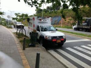 Este vehículo del DTTF se parqueó cerca a la clínica Ardila Lülle.  - Internet/GENTE DE CAÑAVERAL