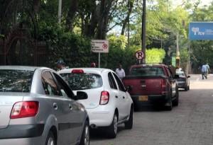 Los carros son estacionados en la zona de la Foscal y obstruyen el paso vehicular.  - Javier Gutiérrez/GENTE DE CAÑAVERAL