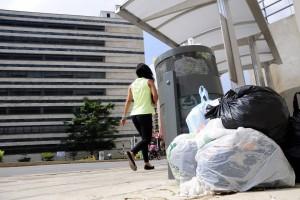Algunas personas dejan la basura en los alrededores de los centros médicos.  - Didier Niño /GENTE DE CAÑAVERAL