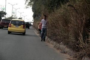 Algunos peatones exponen sus vidas al caminar por la autopista donde no hay andenes.  - Javier Gutiérrez/ GENTE DE CAÑAVERAL