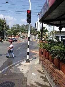Un semáforo fue instalado en el estrecho andén de la carrera 25 con calle 30. - Suministrada/GENTE DE CAÑAVERAL