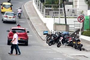 La carrera 25, cerca al centro comercial Cañaveral, es utilizada como parqueadero público.  - Javier Gutiérrez /GENTE DE CAÑAVERAL