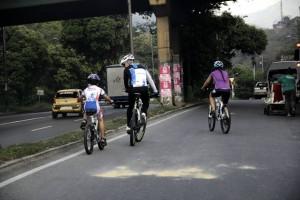 Las autoridades de tránsito reiteraron que en Floridablanca no hay vías adecuadas para el tránsito de bicicletas y es por esto que recomiendan a quienes practican este deporte que lo hagan con mucha precaución, teniendo en cuenta los riesgos que corren. - Javier Gutiérrez /GENTE DE CAÑAVERAL