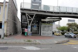 Metrolínea dice que hay un paso para peatones, al lado de la escalera.  - Suministrada/GENTE DE CAÑAVERAL