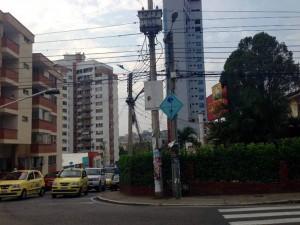 En algunos postes de Cañaveral aún hay calcomanías con publicidad política. - Suministrada/GENTE DE CAÑAVERAL